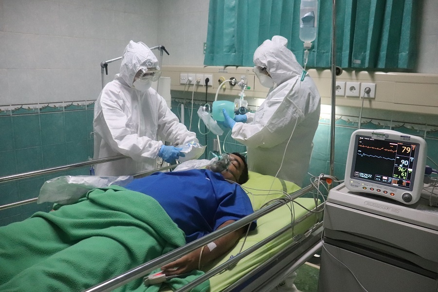 doctor diagnoses a covid patient